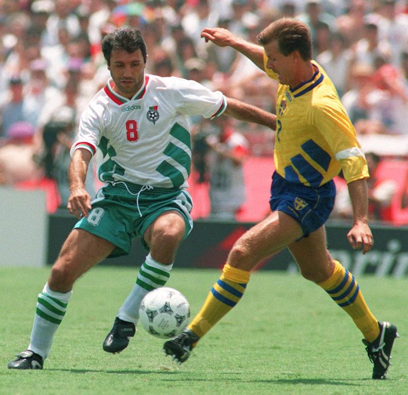 Bulgarian midfielder Hristo Stoichkov (L) and Swed
